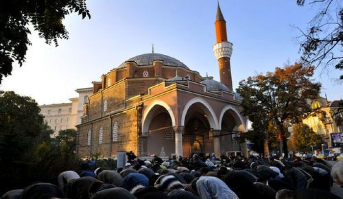 Bulgarian Mega Mosque yet Muslims prefer lift their asses in the streets