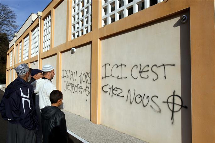 inscriptions-islamophobes-sur-le-mur-de-la-mosquee-photo-le-dauphine-libere-jean-francois-souchet