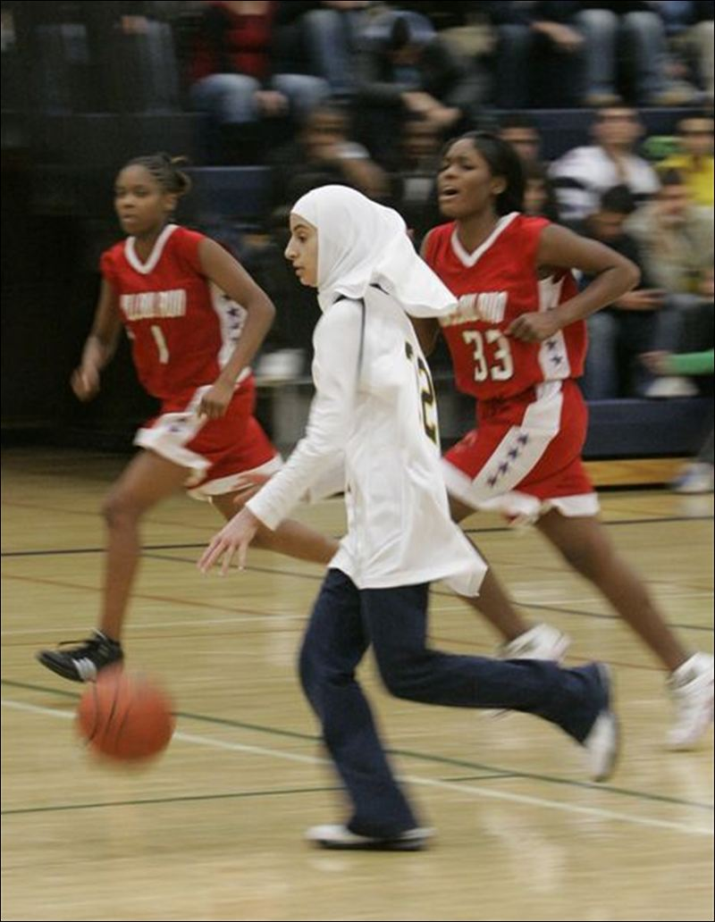 More-Muslim-girls-play-sports-while-wearing-scarf-long-pants-3