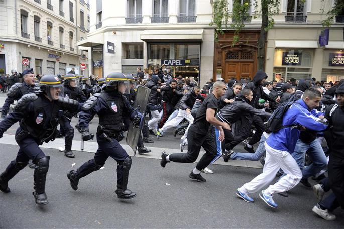 a-lyon-parmi-les-manifestants-30-a-40-casseurs-ont-renverse-des-voitures-et-brise-des-vitrines-da