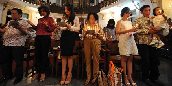 Christian worshippers pray during a Christmas service in Jakarta, Indonesia on December 24, 2012.