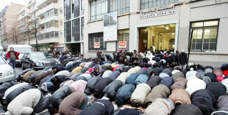 muslim of France pray on the streets of