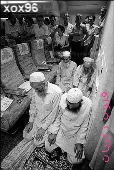 muslims-praying-in-an-airplane-1