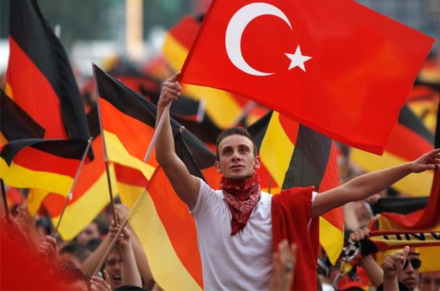 german-turks-with-flag