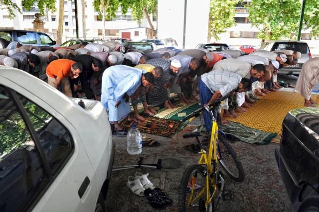 muchos_musulmanes_lleida_han_optado_rezar_aparcamiento_campos_eliseos_ayuntamiento_cedio_rezos-e1380413053724