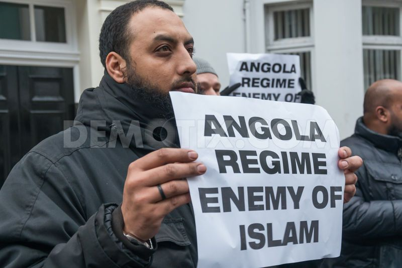 1385769775-islamists-protest-in-london-against-angolas-alleged-ban-on-islam_3375809