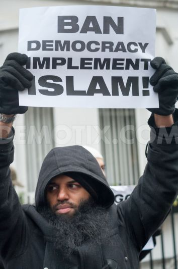 1385769793-islamists-protest-in-london-against-angolas-alleged-ban-on-islam_3375948