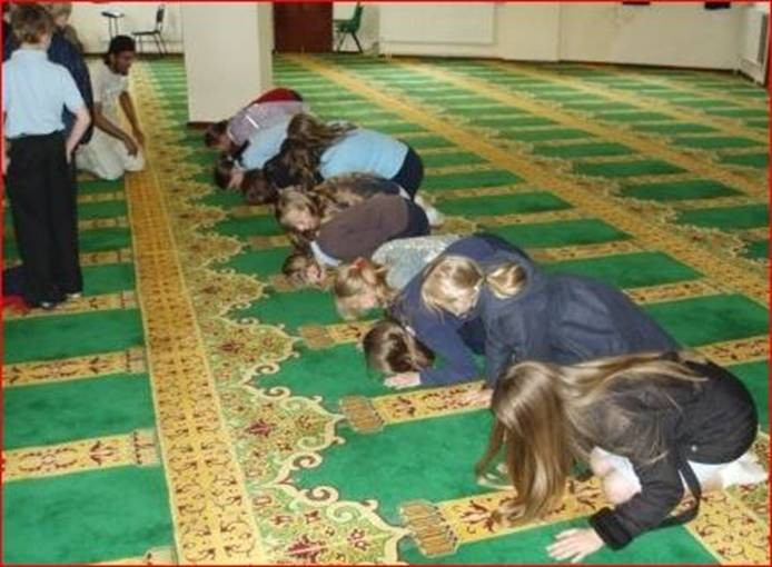 This is what non-Muslim children are forced to do when they take field trips to mosque…something that has been going on in many schools in America in the past 5 years