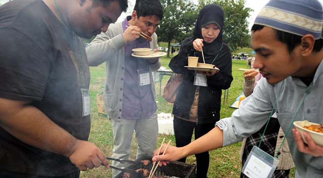 Students-from-Malaysia-and-elsewhere-enjoy-a-barbecue-in-Utsunomiya-prepared-according-to-halal-rules-1