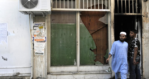 Unknown assailants tried to burn down a makeshift mosque in Athens on Saturday, injuring five Bangladeshi migrants who suffered burns and respiratory problems in the attack, police said.
