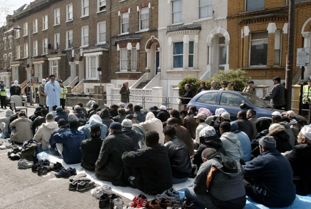 Abu Hamza continued to preach near the Finsbury Park Mosque after the congregation was thrown out in 2003