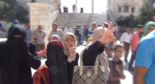 Temple-Mount-3-Finger-Woman