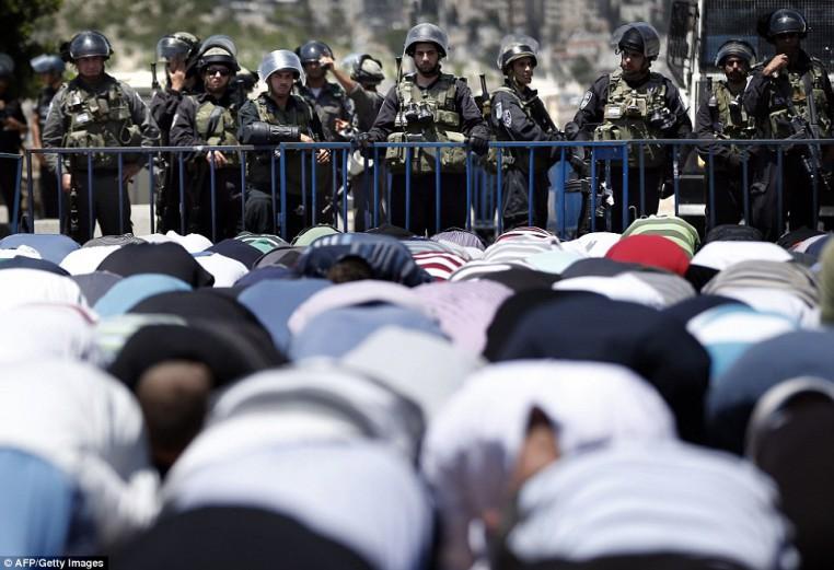 1406300555800_wps_10_Israeli_armed_policemen_s