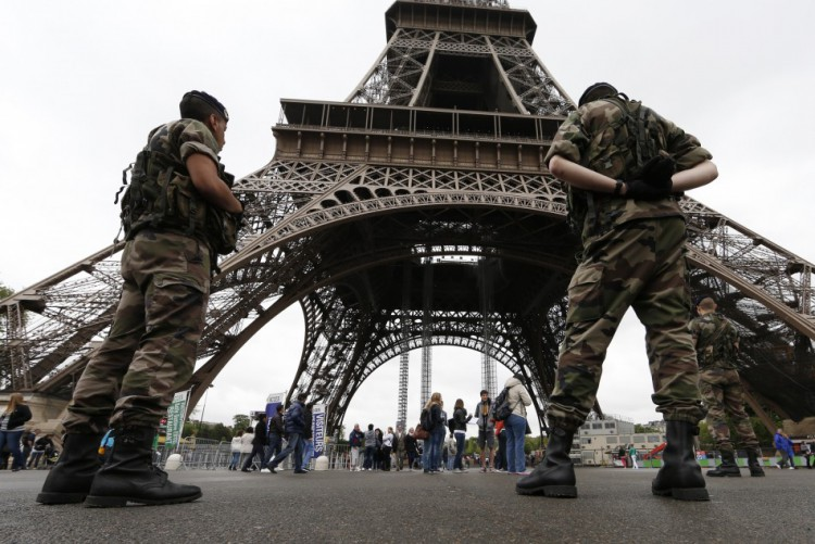 french-soldier-stabbed-paris