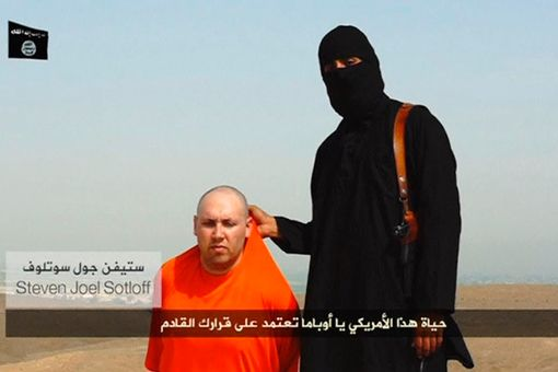 An-ISIS-militant-speaks-next-to-a-man-purported-to-be-US-journalist-Steven-Sotloff