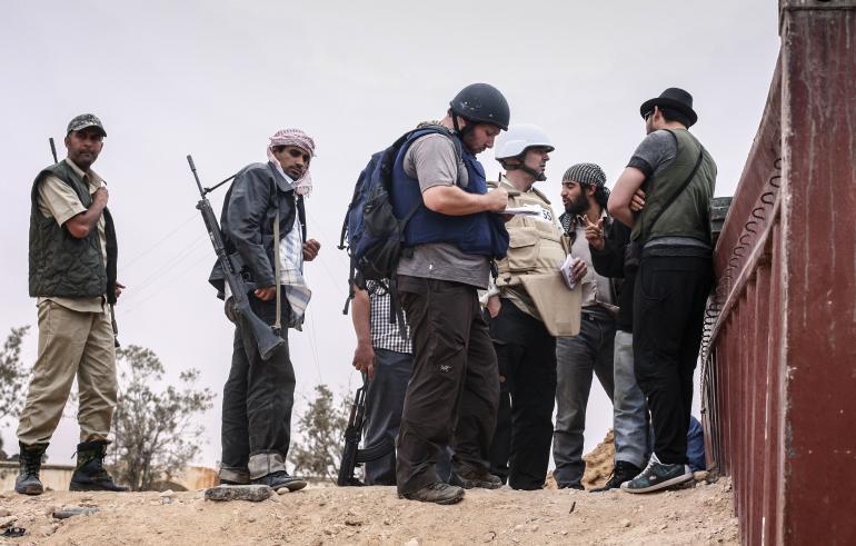 American journalist Steven Sotloff (center with black helmet) talks to Libyan rebels on the Al Dafniya front line