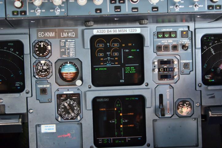 Airbus_A320_EC-KNM_Iberia_cockpit_(6211312673)