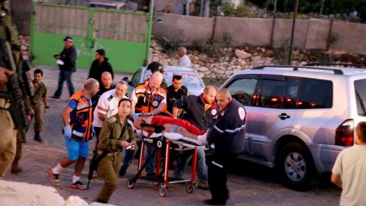 Personal de seguridad y de rescate israelíes visto con el terrorista que recibió un disparo después de un ataque mortal apuñalamiento en una parada de autobús en la entrada del asentamiento israelí de Alon Shvut