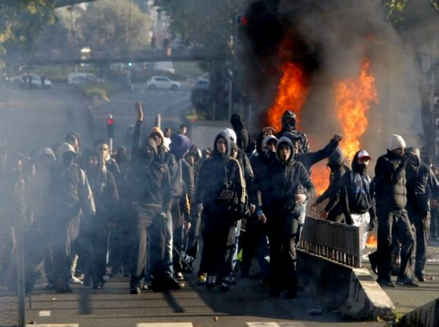 Angry_youths_torch_cars_outside_Paris-1