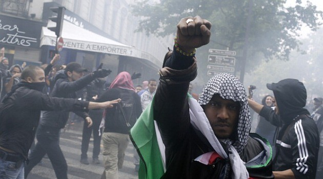 Arab Muslims in Paris shouting Death to the Jews