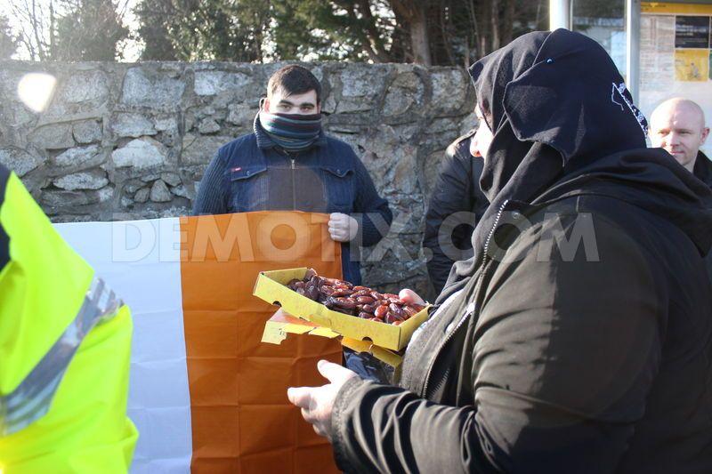 1422858894-antiracism-activists-defend-dublin-mosque_6793588