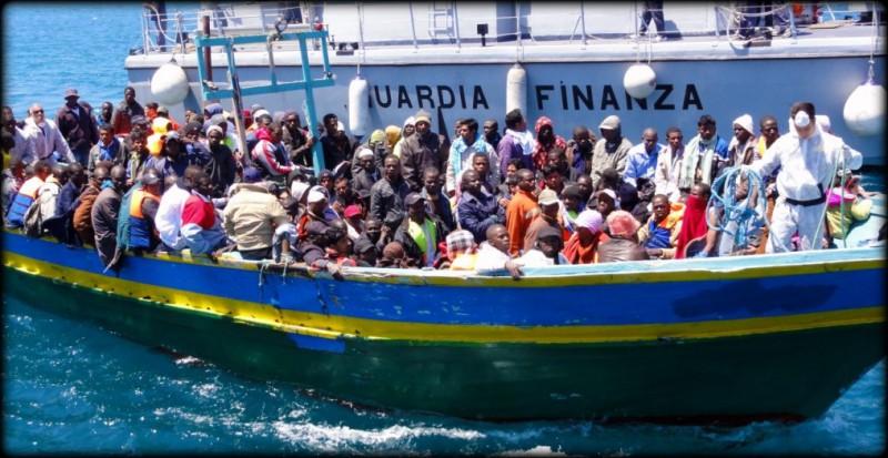 Lampedusa-The-Revenue-Guard-Corps-help-landing-migrants