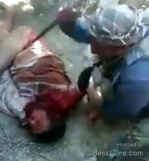 iraq-army-stand-watch-shia-militia-brutal-stab-sunni-man-in-neck-500x540