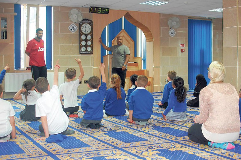 Neeli-Mosque-opens-its-doors-to-Rochdale-primary-schools