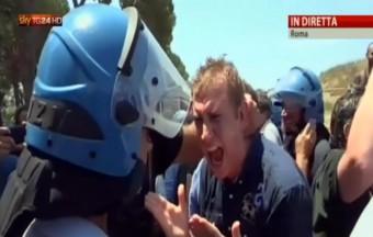 ++ Immigrazione:Roma;spintoni residenti-forze dell'ordine ++