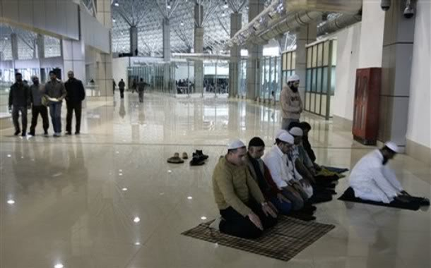 srinagar_airport_praying