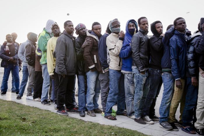 calais-migrants-wait-for-handouts