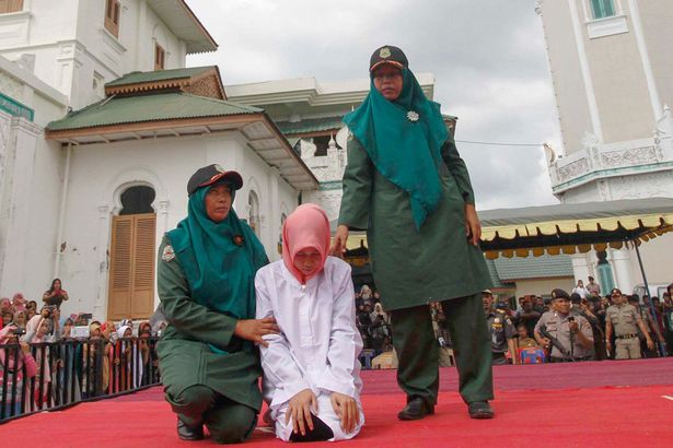 Indonesian-Sharia-police-whips-a-woman-1