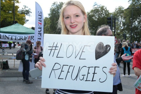 1442083577-thousands-march-through-central-london-for-refugees-welcome-here_8528446