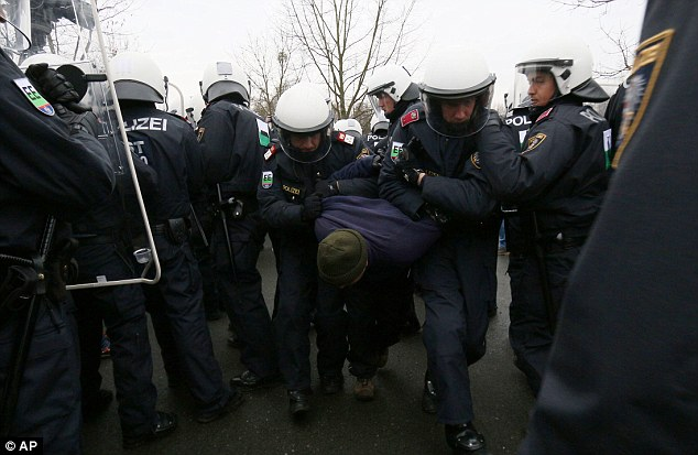 3149C08200000578-0-Austrian_police_practice_the_protection_of_the_border_between_Sl-a-60_1455898626539