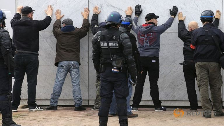 Police arresting other supporters of PEGIDA