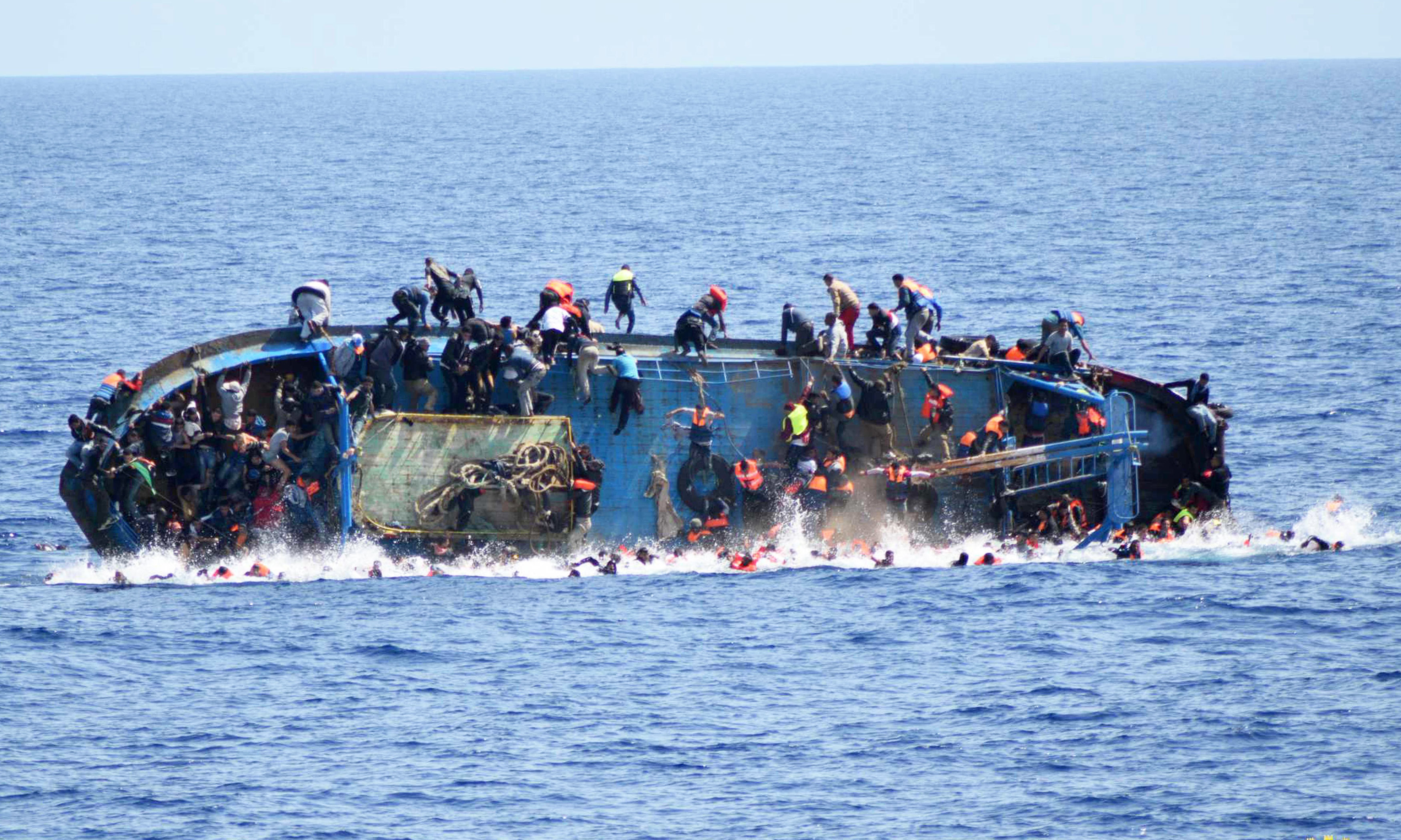 TOPSHOT-ITALY-REFUGEE-IMMIGRATION-SHIPWRECK-RESCUE