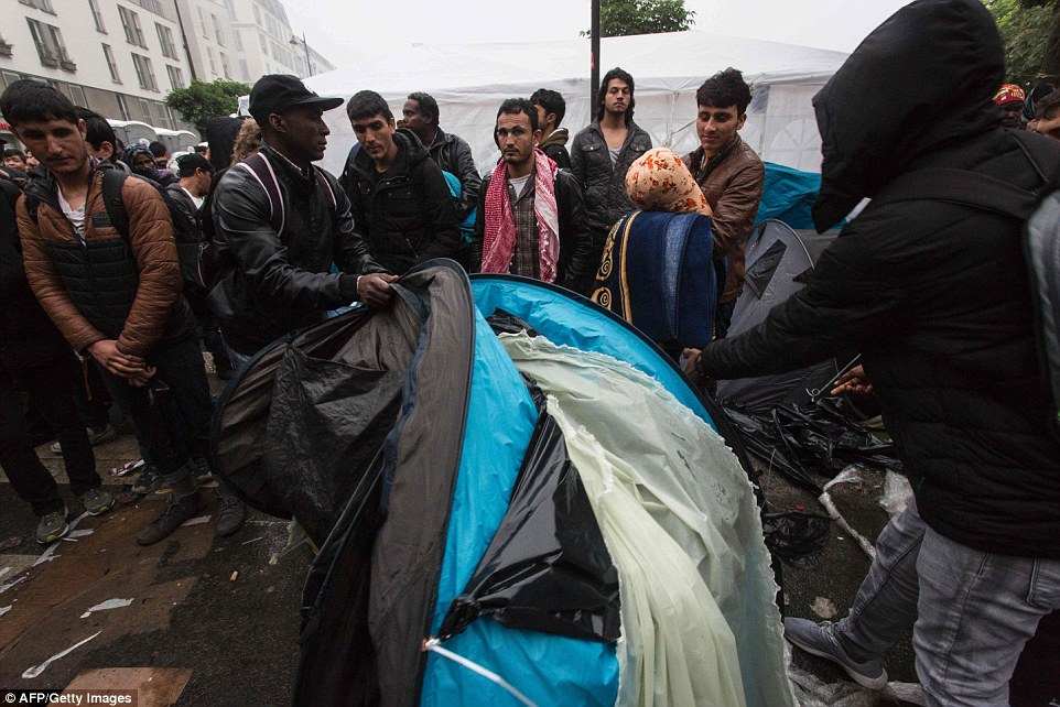 34F7DA1600000578-3626998-Migrants_fold_up_their_tents_and_gather_up_their_other_belonging-a-100_1465218909393