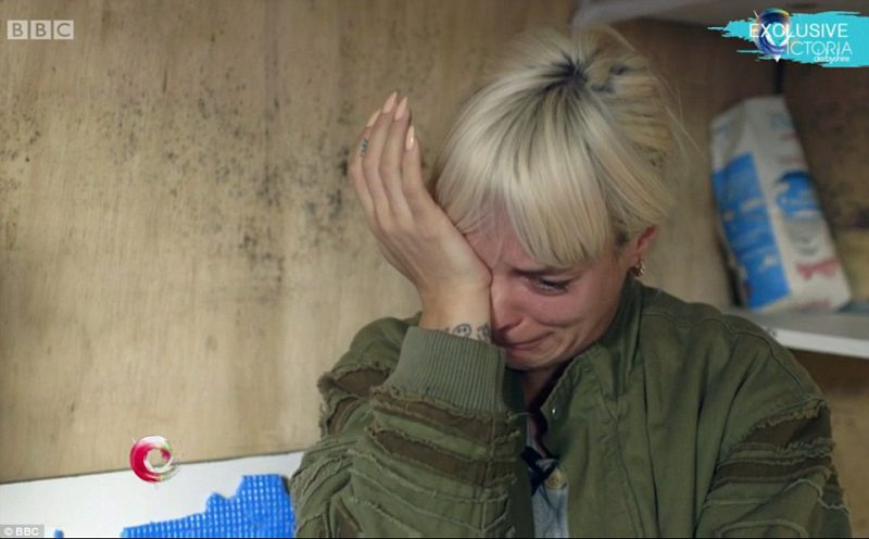 3953816000000578-3834170-emotional_lily_allen_broke_down_in_tears_at_one_point_during_a_m-a-64_1476289994193